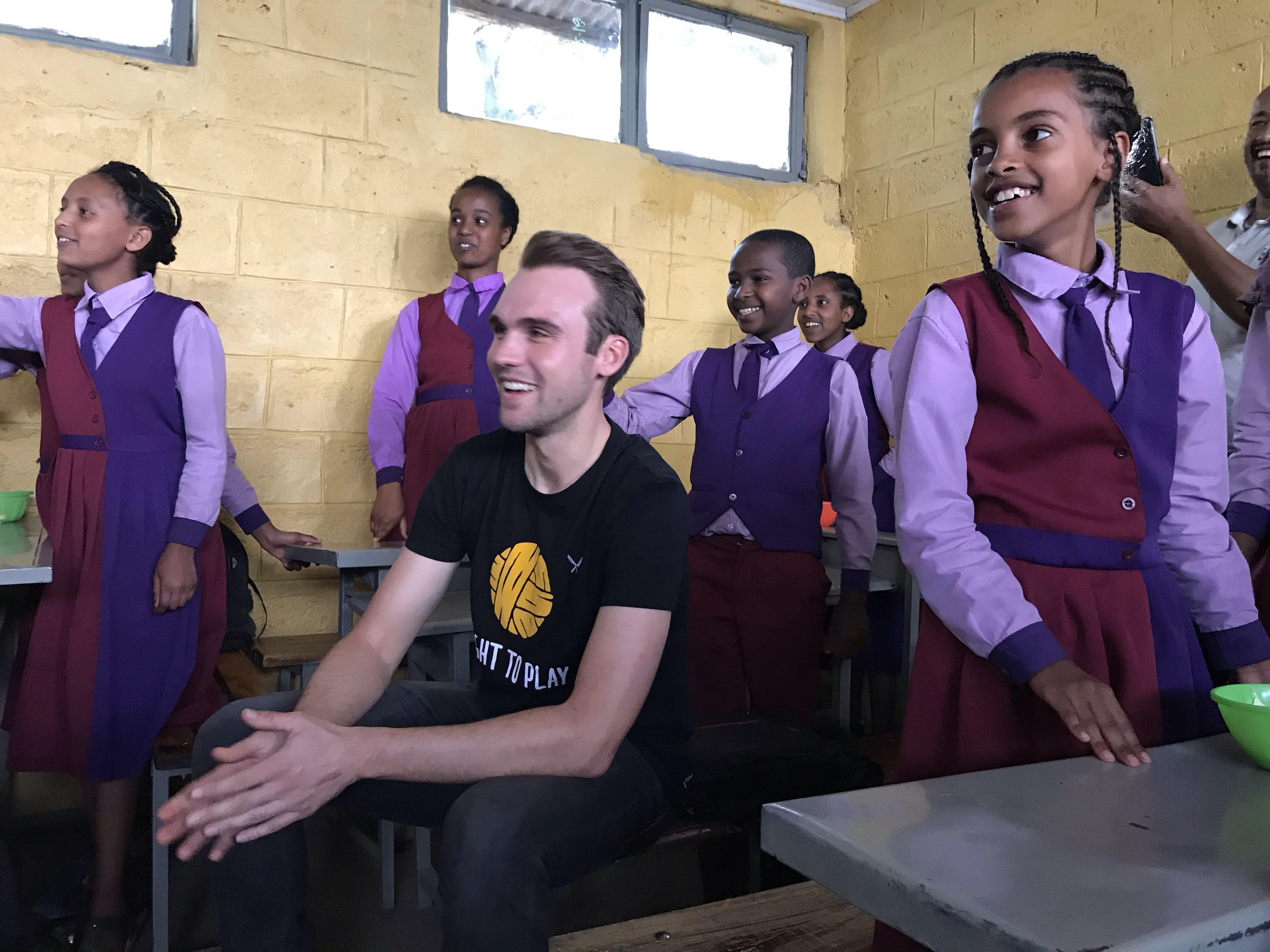 Maximilian Schachmann beim Besuch einer Grundschule in Addis Abeba.jpg