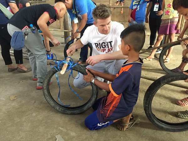 Nico HÅlkenberg in Mae La Refugee camp_car building-M.jpg
